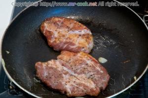 スモークした豚肉をソテーする