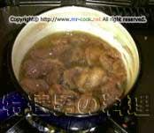 スジ肉を茹でこぼす