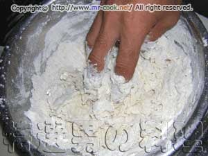 小麦粉・塩・ドライイーストに熱湯を注ぐ