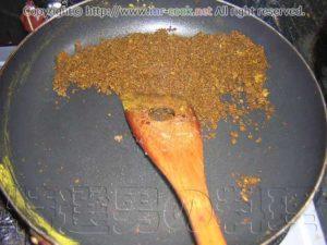 スパイスを炒める