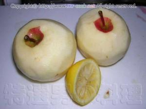 リンゴの皮をむきレモン汁をかける