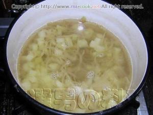 炒めたジャガイモと玉葱をフォンドボライユでボイル