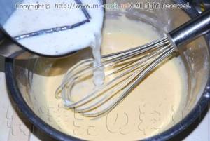 温めた牛乳をあわ立てた卵黄に入れる