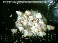 ニンニクと鶏肉を炒める