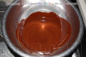 チョコレートを湯煎で溶かす