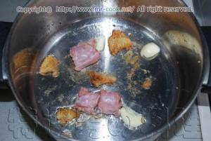 鶏の首肉とニンニクを炒める