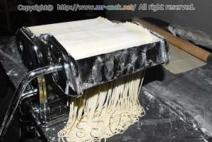 パスタマシンでラーメンを製麺する