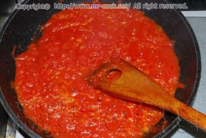 ホールトマトを一煮立ちさせる
