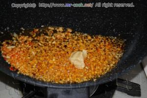 ニンニクをごま油で炒める