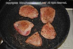 牛タンの表面を焼き固める