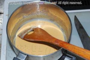 バターで小麦粉を炒める