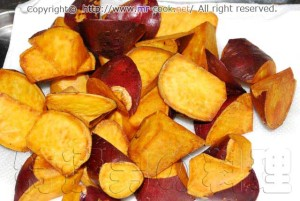サツマイモを揚げる