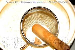 白味噌と赤味噌を入れる