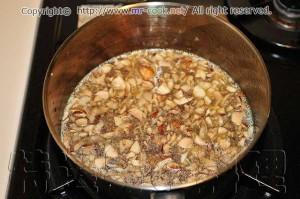 炒めたシャンピニオンとジャガイモをフォンドボライユでボイルする