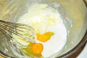 卵と牛乳を入れる