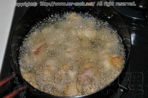 漬けておいた鶏肉を揚げる