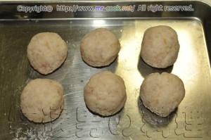 レンコン餅のタネを丸める