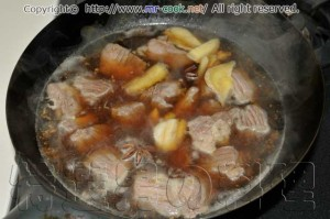 肉と調味料を入れる