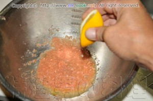 レモンの絞り汁を入れる