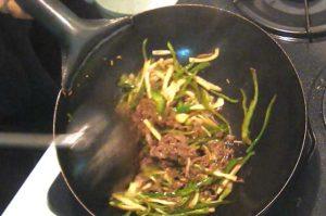 肉と野菜を入れて炒める