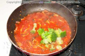 トマトソースにブロッコリーを入れる
