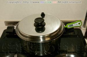 鍋の蓋を被せ温度を均一に保つ