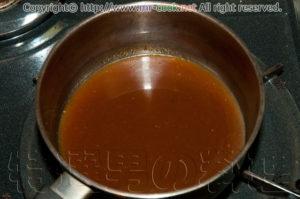 肉汁を入れて煮詰める