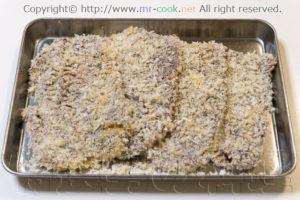 卵液を付けてパン粉を塗す