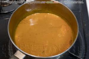 炒めたスパイス類を鍋に入れる