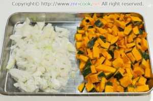 玉葱とカボチャを切る