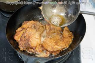鶏肉を返して焼き上げる