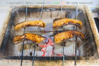 炭火で焼くブリの照り焼き