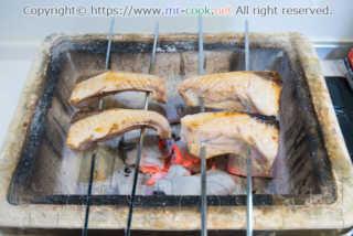 ブリを炭火で焼き上げる