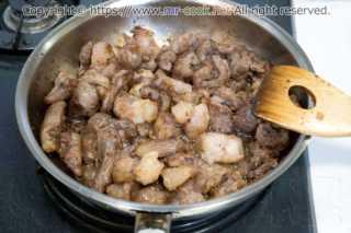 スジ肉を炒める