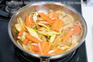 香味野菜を炒める