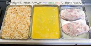 溶き卵とパン粉を準備