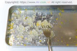 柚子のジュレをフォークでクラッシュ