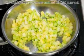 ブロッコリーとジャガイモを炒める