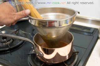 シノワでスープを漉す