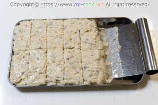 クリームコロッケの種を切り分ける