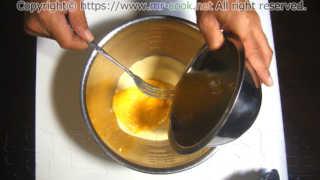 セモリナ粉に卵を入れる