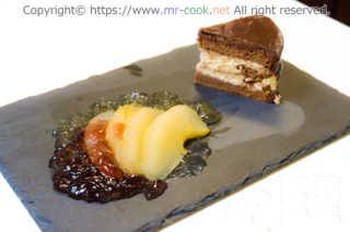 洋梨のコンポートとチョコレートケーキ