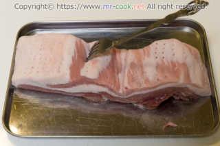 豚バラをフォークで満遍なく挿す