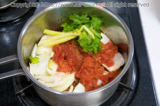野菜類を入れて炒める