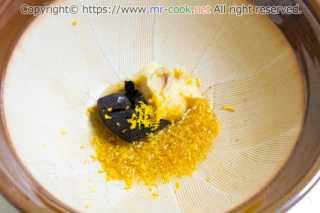 八丁味噌、西京味噌、柚子表皮を擂り合わせる