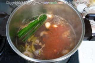 水・赤ワイン・香味野菜を入れる