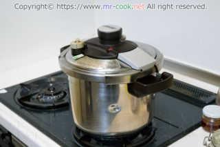 圧力鍋で煮込む