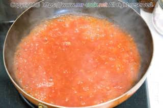 ホールトマトを煮詰める