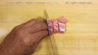 ベーコンを1cm角程度に切る