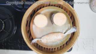 セルクルに詰めたムースを蒸し器で蒸す